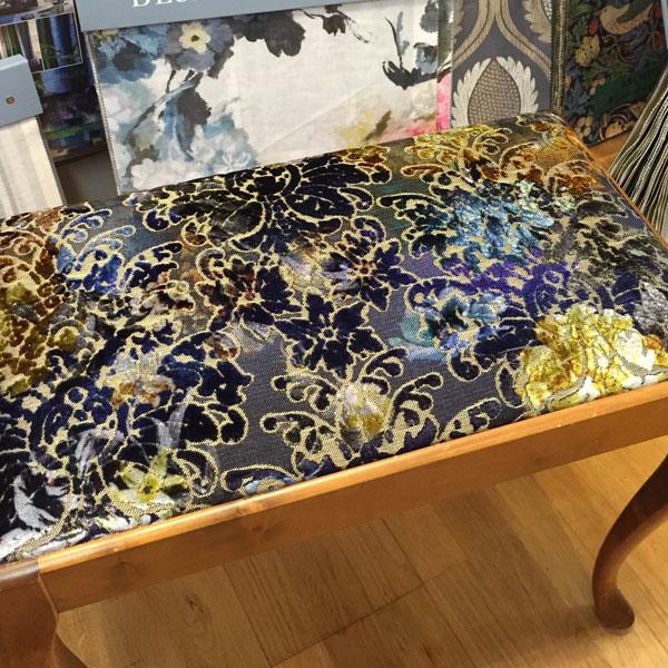 Klassisk pianopall i nya kläder, här tyg från Designers Guild.