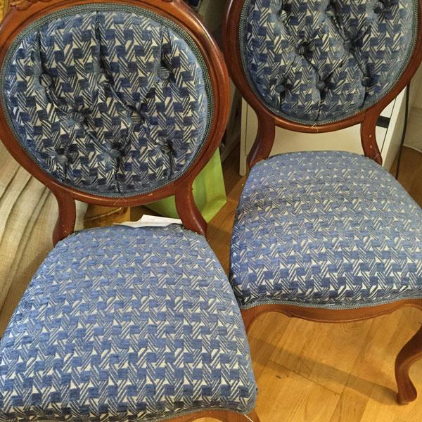 Kunden valde ett lite modernt tyg från Jane Churchill till gamla stolar som fick nytt liv.