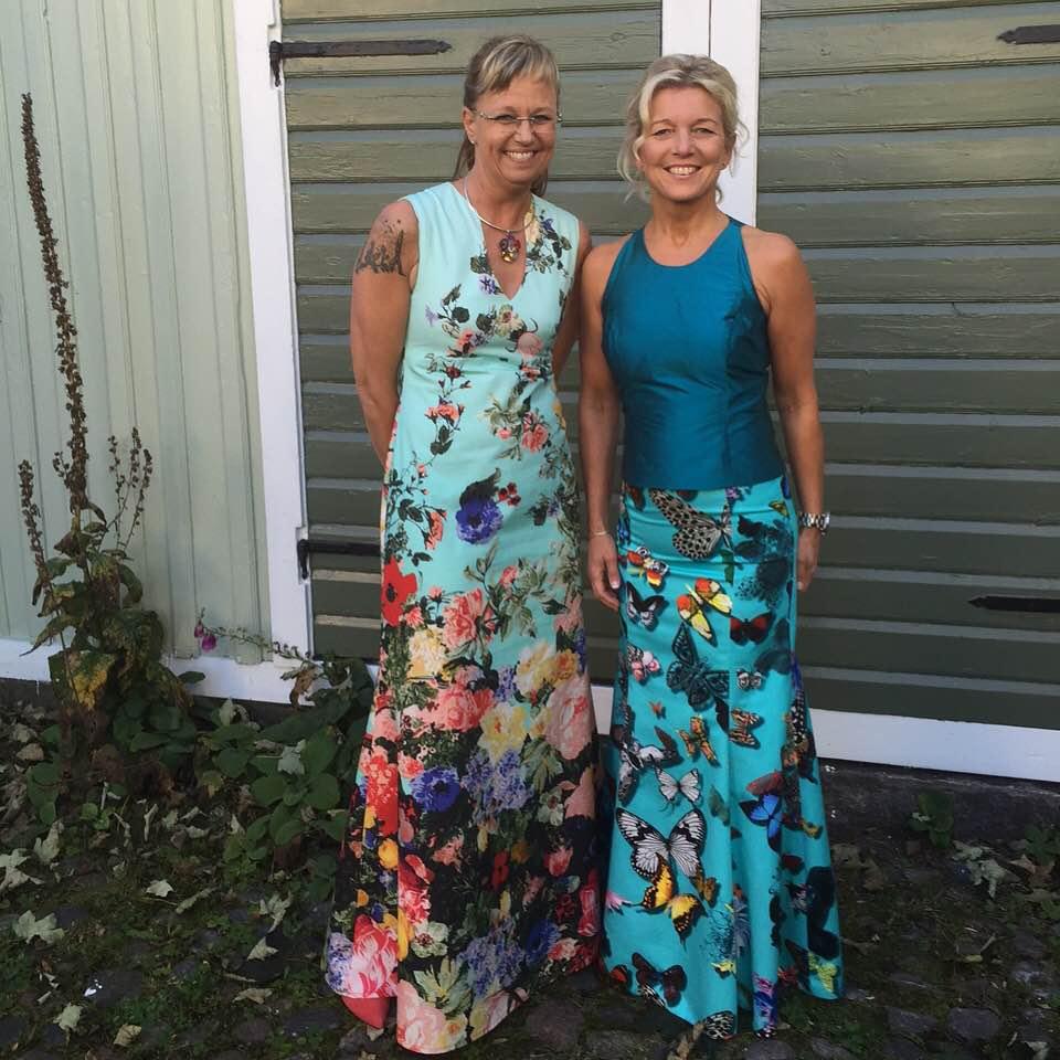 På väg till gala! Jag med god vän Eva klädda i vackra tyger från Christian Lacroix för Designers Guild.