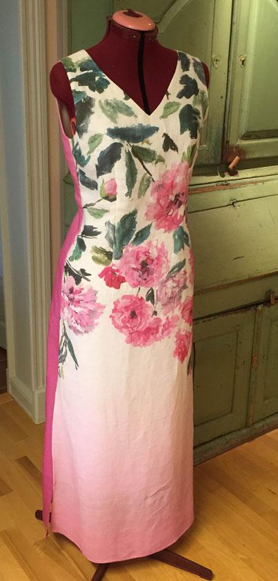 Helfodrad klänning uppsydd i Designers Guilds vackra tyg Trailing Rose, linnetyg.