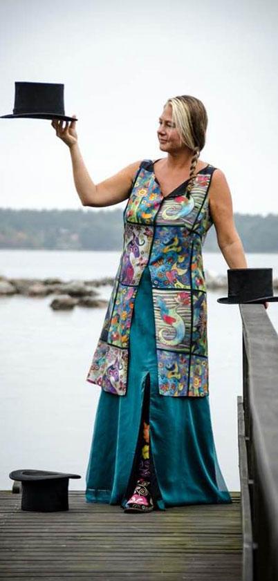 Uppdrag från vår lokala konstnärinna Liz Pettersson. Hennes akvareller tryckta på siden blev en magisk tunika.