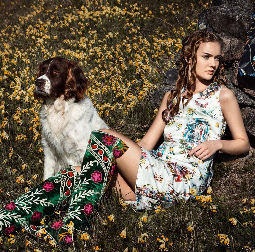 Maja i kort klänning i tyg från Jean-Paul Gaultier, stövlarna är ett auktionsfynd! Vovven är en Drentsche Patrijshound och heter Musse.
