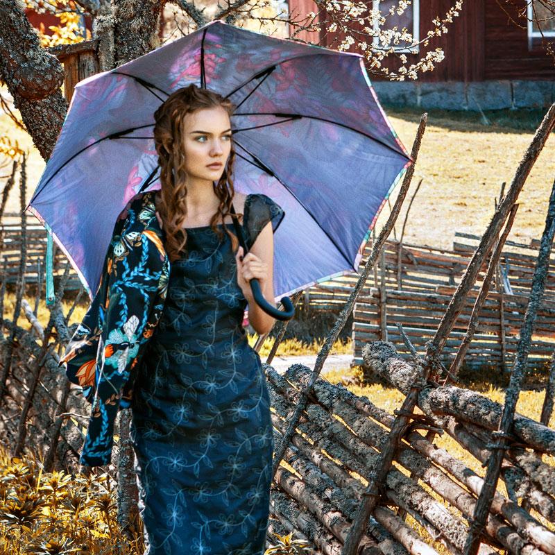 Maja i långklänning av broderad sidenorganza. Jackan är gjord i tyg från Nadja Wedin och paraplyet är från Matthew Williamson.