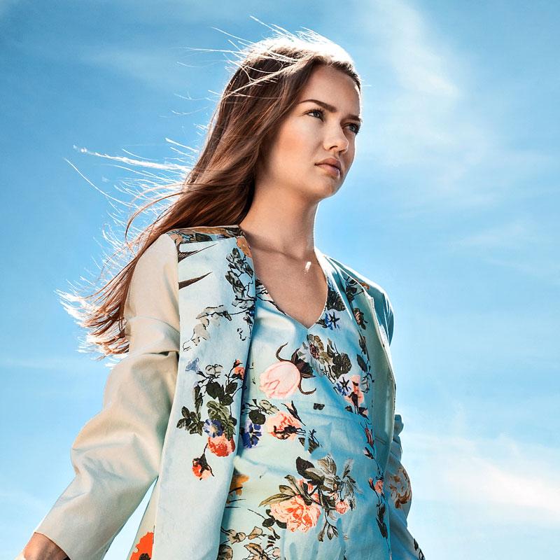 Maja klädd i lång klänning med tillhörande rock i tyg från Christian Lacroix för Designers Guild.